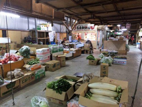 農連市場は野菜、鮮魚などが並んでいる