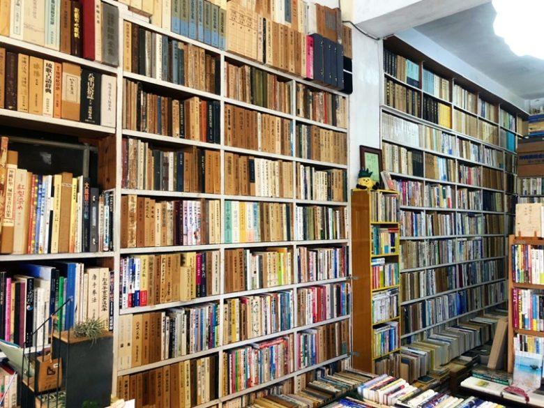 那覇の古本屋ちはや書房は沖縄本がタップリあります。