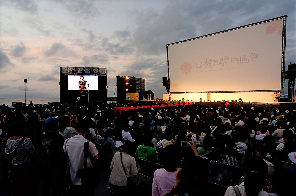 注目の屋外の巨大スクリーンで上映される沖縄国際映画祭