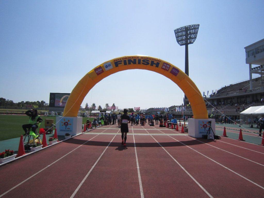 勝連城、嘉手納基地内を走る大会「おきなわマラソン」ゴール