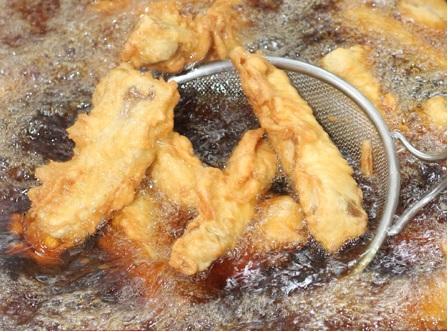 奥武島(おうじま)名物行列ができるてんぷら、中本鮮魚店