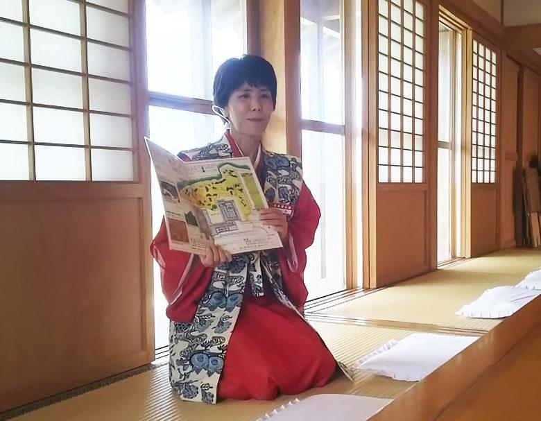首里城内無料ガイドツアーの最後は琉球菓子の説明を受けて食べてみましょう