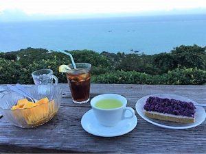久高島を望む180度眺望できる絶景カフェ「くるくま」