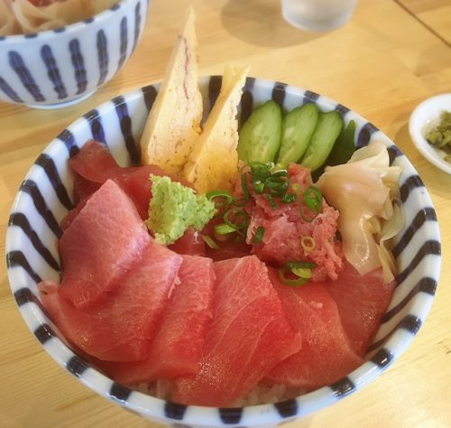 南国沖縄で、新鮮な魚料理や海鮮料理が楽しめます。なんとカキは100円から食べれます。