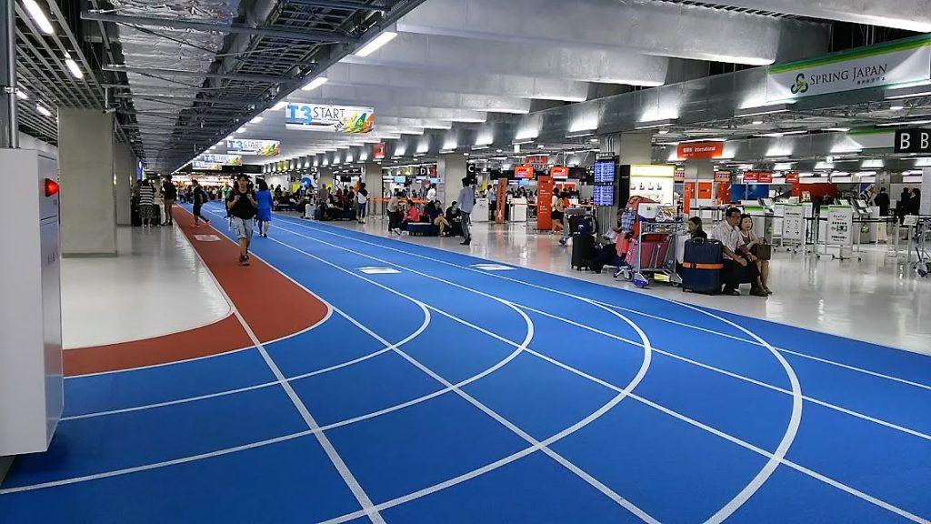 思わず走り出したくなりそうなレーン、でもわかりやすい成田空港第3ターミナル