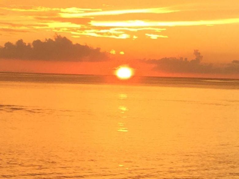恩納村ミッションビーチから沈む夕日