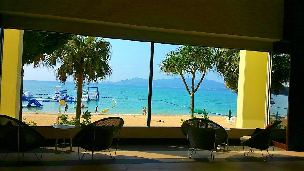 喜瀬ビーチパレスのロビーから海の眺め