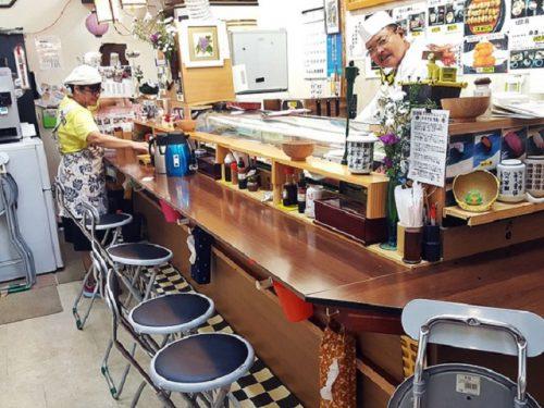 カウンターだけの店内ですが、立ち食い寿司でも椅子があり便利です。
