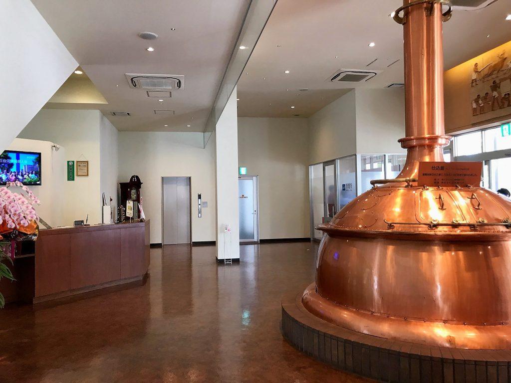 オリオンハッピ-パークの銅製蒸留器ポッドスチルを展示してある受付