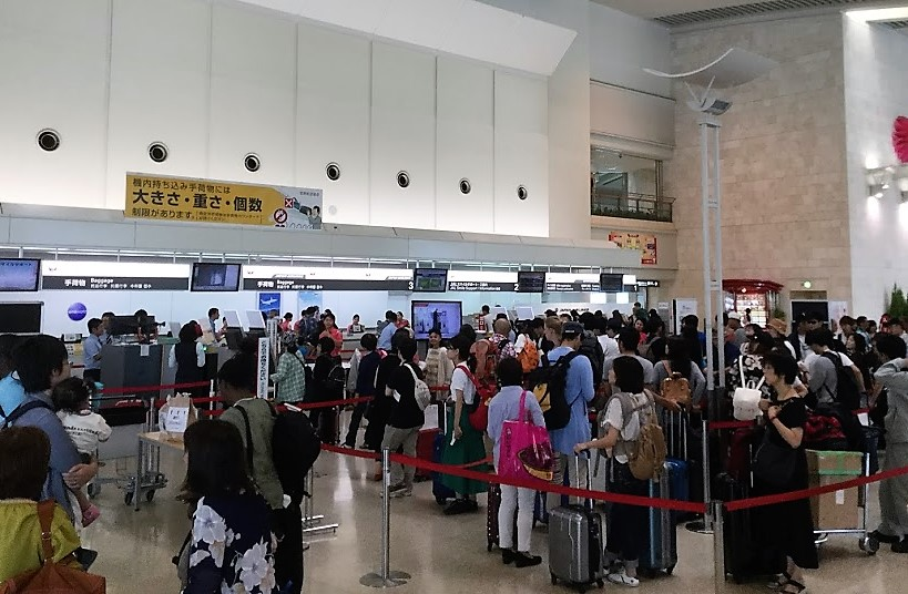 台風で混雑する那覇空港カウンター