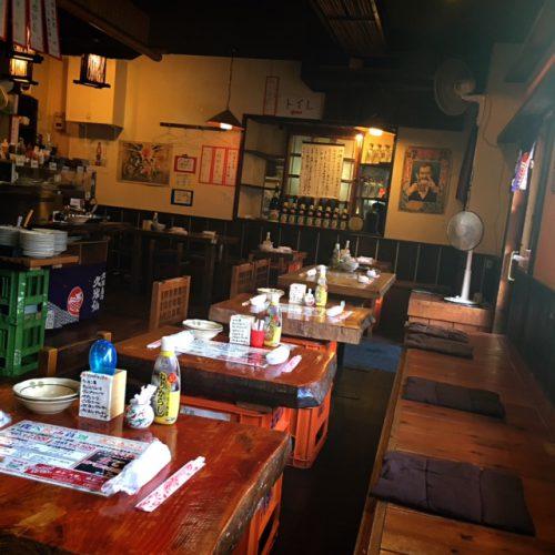 那覇松山のおでんの金太郎の店内。テーブル席もあって沖縄ムード満点の店内。