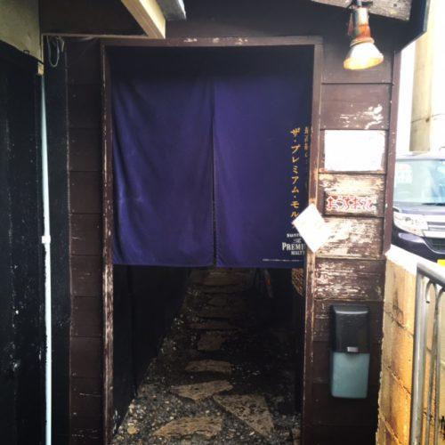 この暖簾の入口が、隠れや的な感じで雰囲気が盛り上がります。那覇松山ですが、静かな雰囲気です。