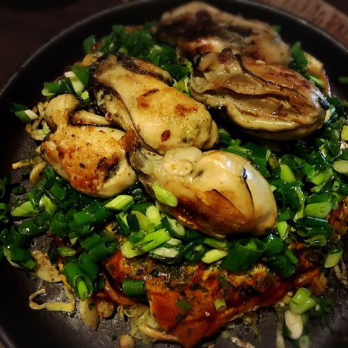広島と言えば、牡蠣。牡蠣とお好み焼きがミックスされた人気のメニューです。