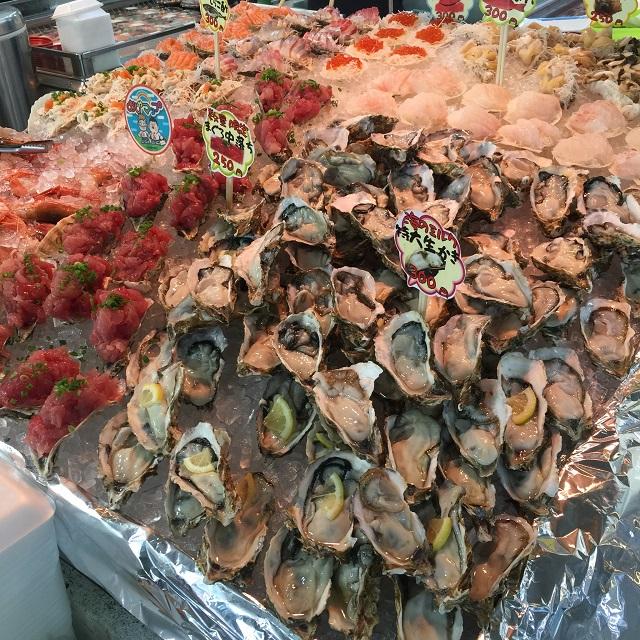 牡蠣・マグロなど新鮮な魚介を食べ歩き!糸満市「お魚センター」