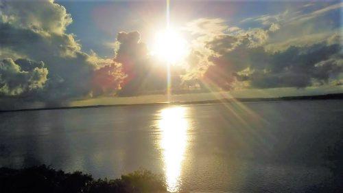伊良部島の牧山展望台から見た宮古島側から昇る日の出