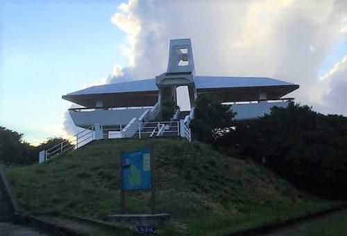 後ろから見たサシバの形をした牧山展望台(伊良部島)