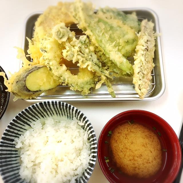 那覇で天麩羅は揚げたてで、沖縄県産の食材で作る、薄衣の京風天麩羅「桜囲」