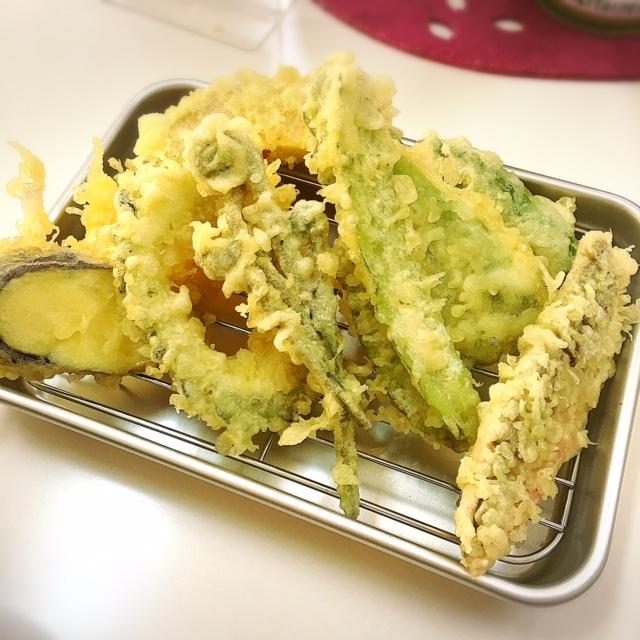 沖縄県産の食材で作る、薄衣の京風天麩羅「桜囲」は揚げたて