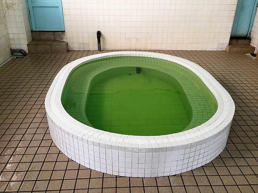 沖縄唯一の銭湯は中乃湯の湯船