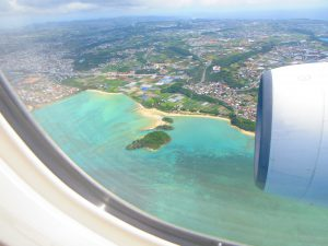 【前編・北から進入時】沖縄への飛行機、窓側席とるなら左側、右側?景色が見えるのはどっち?