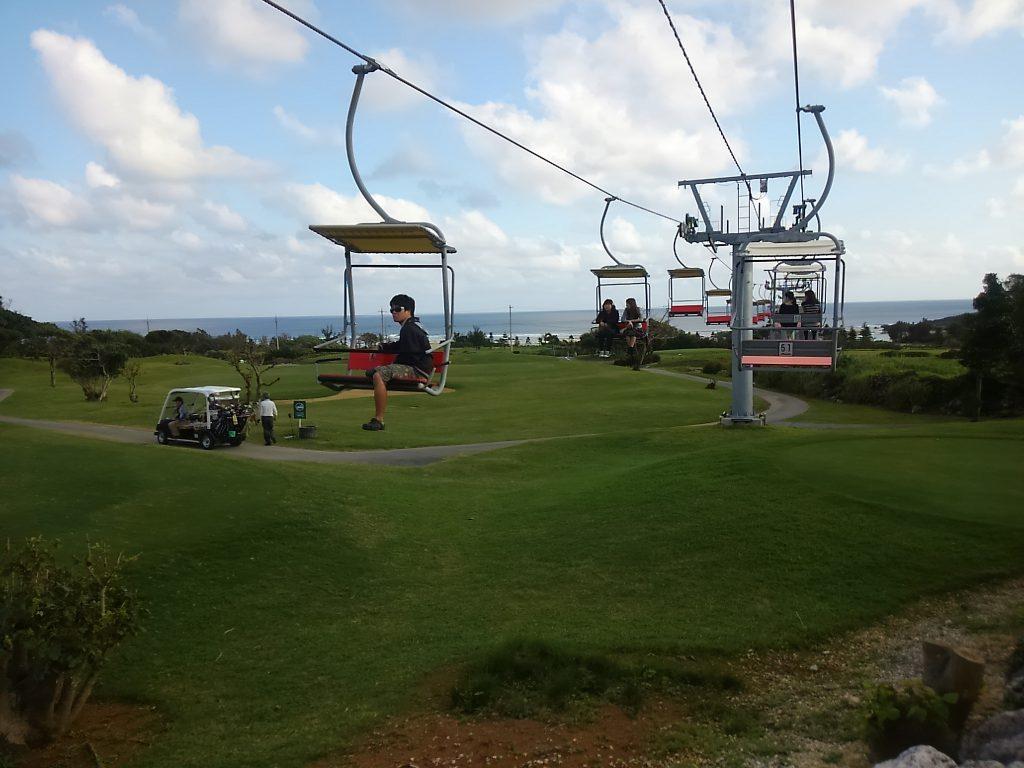 【珍百景】宮古島にスキー場のリフトはゴルフ場の上
