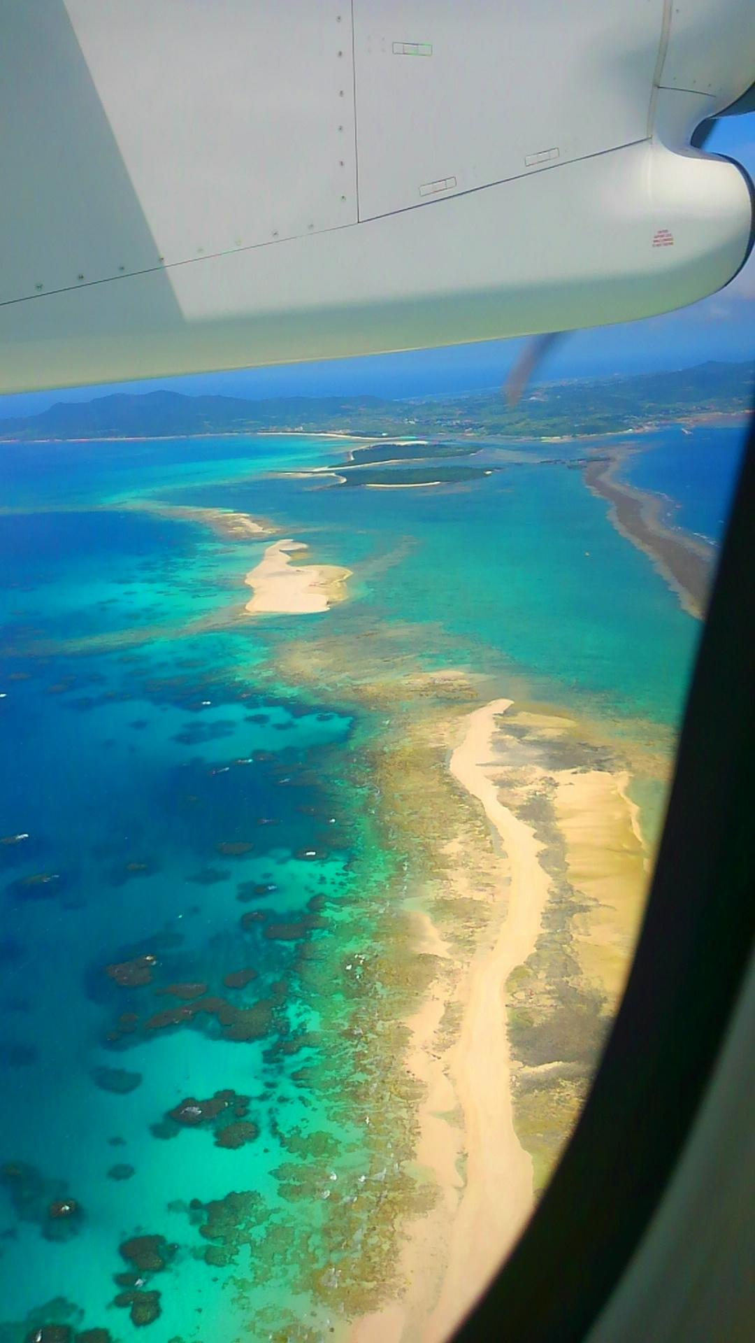 久米島はての浜を機内からみる