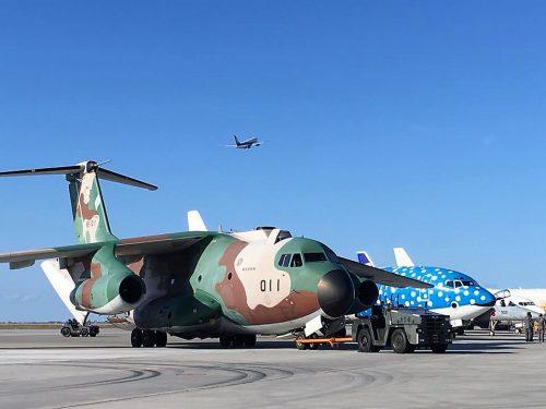 輸送機C-1と並ぶジンベイザメ機