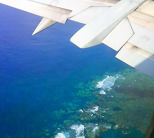 南風時宮古島着陸寸前、さんご礁が見える