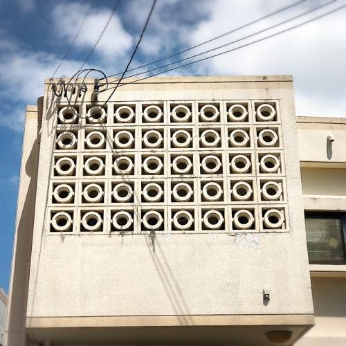 名護市役所が象徴的な沖縄生まれの建築資材「花ブロック」