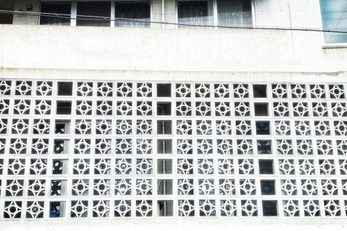 名護市役所が象徴的な「花ブロック」は沖縄生まれの建築資材