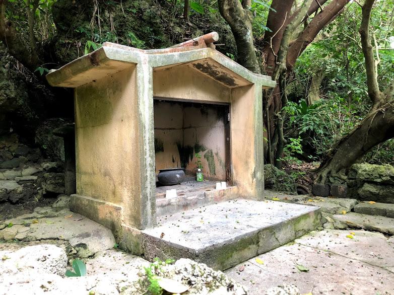 アマミキヨが降り立った海の中に建つ聖地「ヤハラヅカサ」