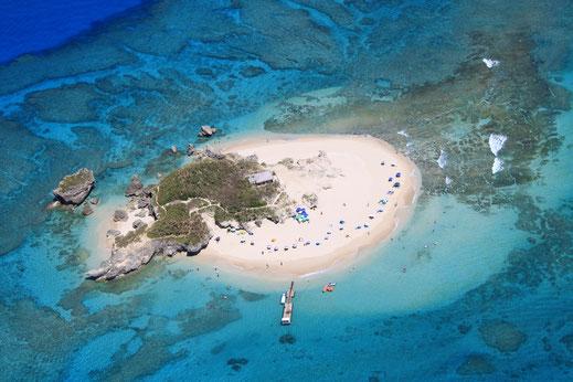 知念海洋レジャーセンターから15分、無人島コマカ島の全景