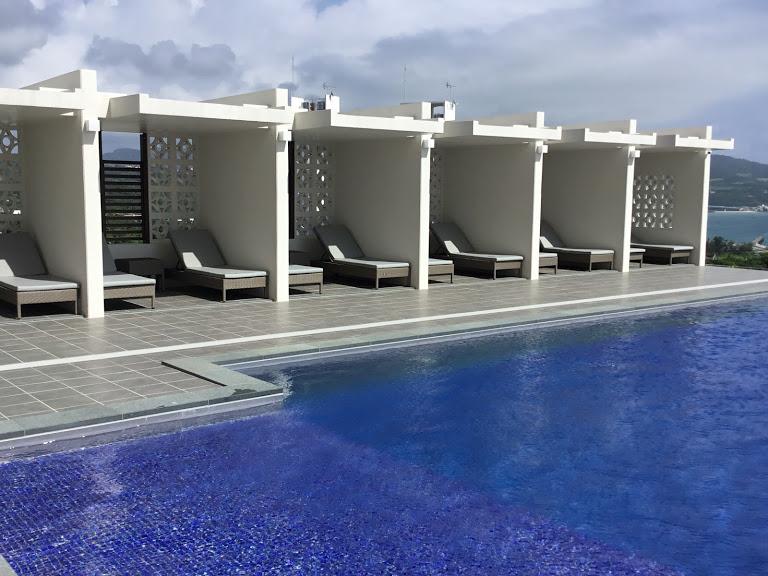 本部町にできた便利なアラマハイナコンドホテルのインフィニティプール