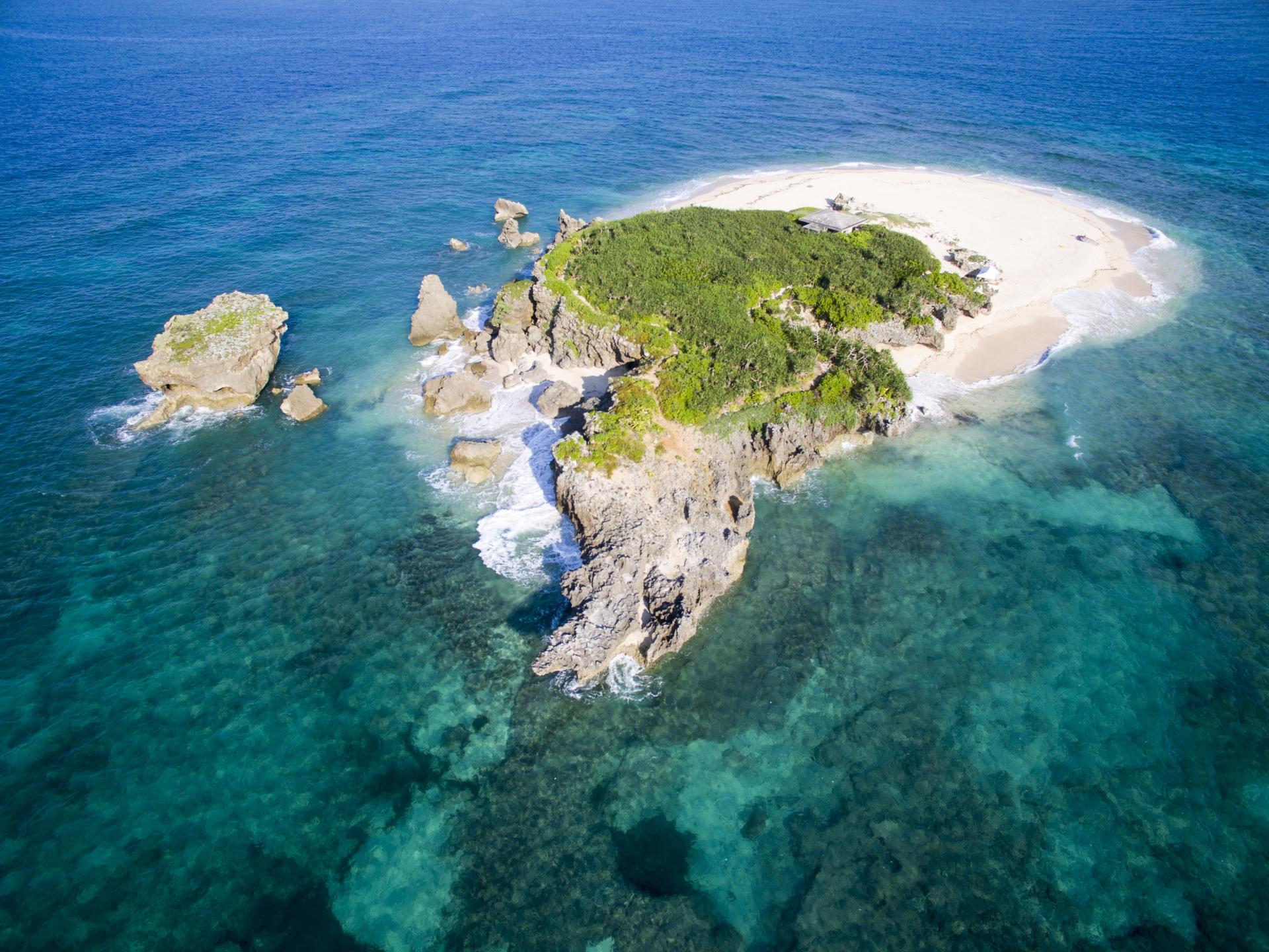 沖縄本島より15分でこの海の青さ!無人島コマカ島へ行こう!