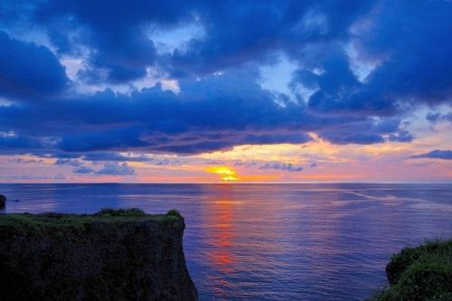 沖縄本島で感動的な夕日が観られるスポット7選の万座毛