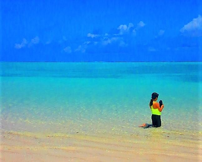 久米島ハテの浜なら誰でもモデル気分になれます。