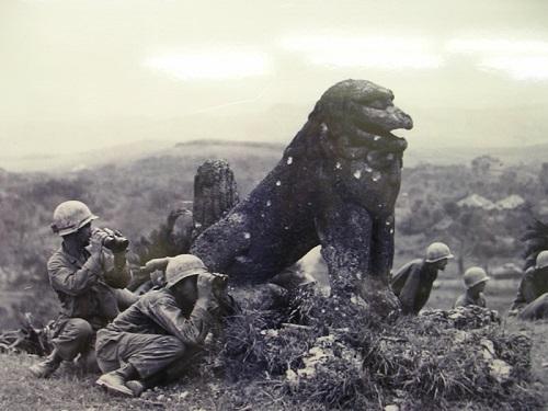沖縄県最古のシーサー八重瀬町「富盛の石彫大獅子」を楯に