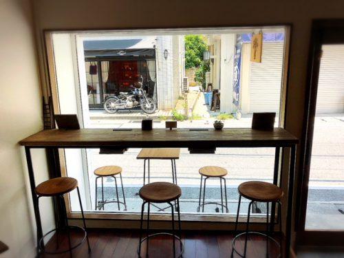 那覇でカフェするならオシャレな「トックリキワタ珈琲店」窓際の客席
