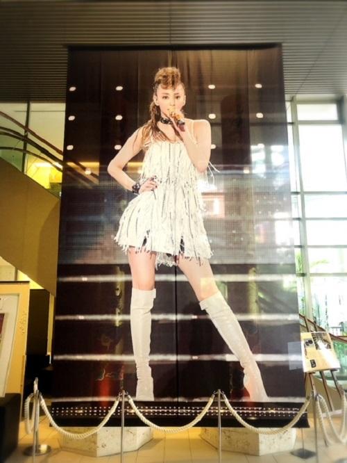沖縄は安室ちゃんフィーバー!琉球新報ビルに巨大安室ちゃん企画展開催