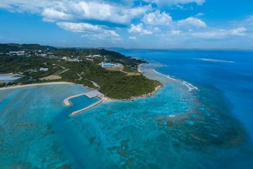 空から見た沖縄南部ドライブの穴場絶景スポット「知念岬公園」空撮