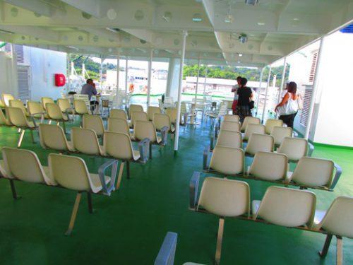 沖縄本島北部の離島伊是名島に向かうフェリーいぜな尚円船上席