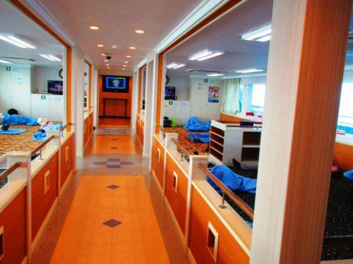 沖縄本島北部の離島伊是名島に向かうフェリーいぜな尚円の2等船室