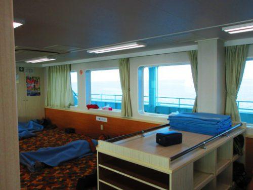 沖縄本島北部の離島伊是名島に向かうフェリーいぜな尚円2等船室