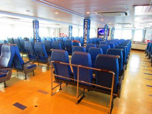 沖縄本島北部の離島伊是名島に向かうフェリーいぜな尚円船内
