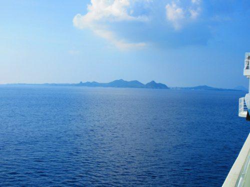 沖縄本島北部の離島伊是名島に向かうフェリーいぜな尚円から伊是名島