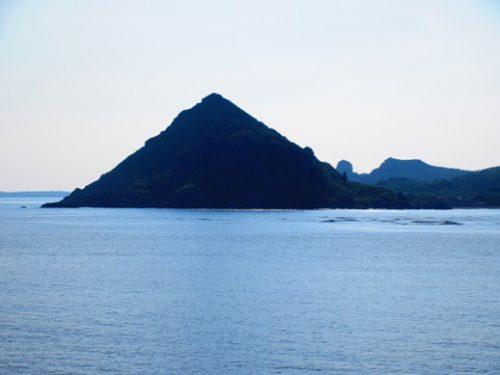 沖縄本島北部の離島伊是名島に向かうフェリーいぜな尚円から伊是名島三角山
