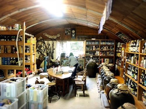 9月4日は古酒の日。萬草庵にて泡盛仙人島袋正敏に古酒の奥深さを教えてもらう
