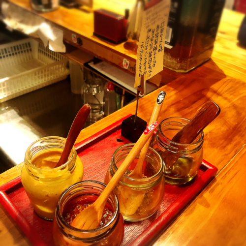 那覇栄町・シャルキュトリの居酒屋新小屋、2号店は「トミヤランドリー」はモツ煮の立ち飲み調味料