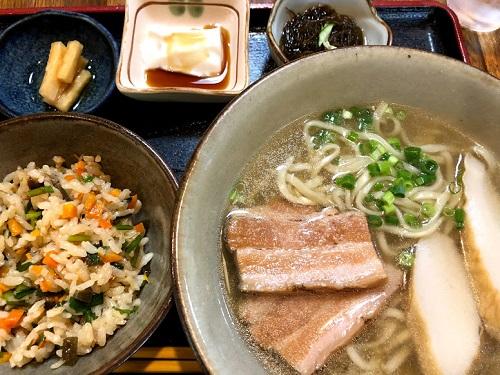 「沖縄そばと茶処  屋宜家」は文化財に指定された琉球建築の古民家の三枚肉そばセット