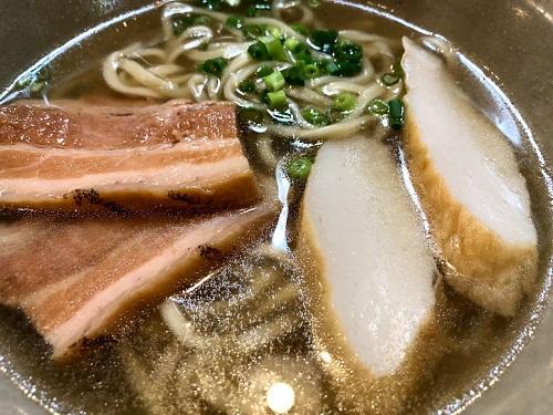 「沖縄そばと茶処  屋宜家」は文化財に指定された琉球建築の古民家の三枚肉そば